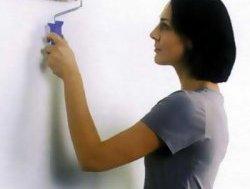 Нанесення клею на стіну