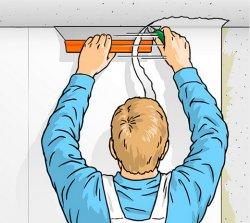 За допомогою металевої лінійки або широкого шпателя і канцелярського ножа відріжте надлишки шпалер на стиках