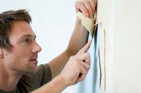 Ремонт починається з видалення зі стін старих шпалер і фарби