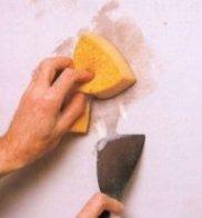 Зняття рідких шпалер вручну рекомендується виконувати, добре намочивши стіни перед початком роботи